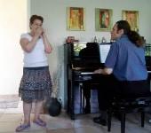 Une élève harmoniciste accompagnée par son professeur au piano