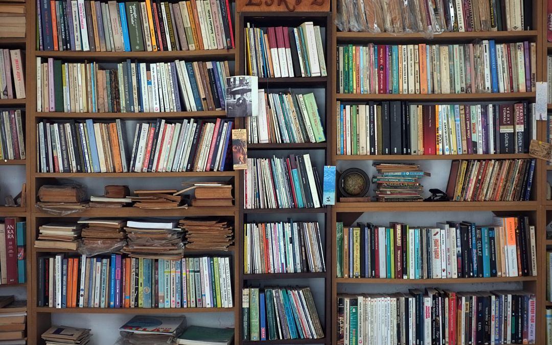 Une bibliothèque remplie à craquer de livres : on est loin du minimalisme !