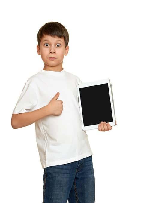 Un jeune garçon, fan des vidéos qu'il voit sur sa tablette !