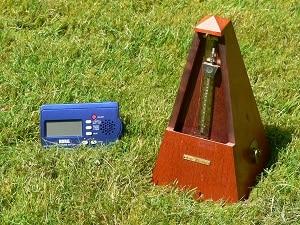 Un métronome mécanique à balancier et sa version électronique