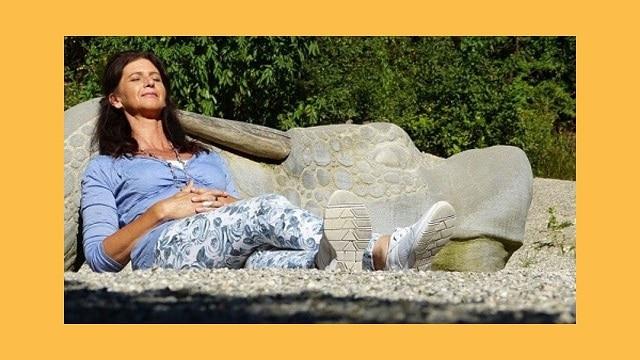 Respirer à travers l'harmonica avec le ventre